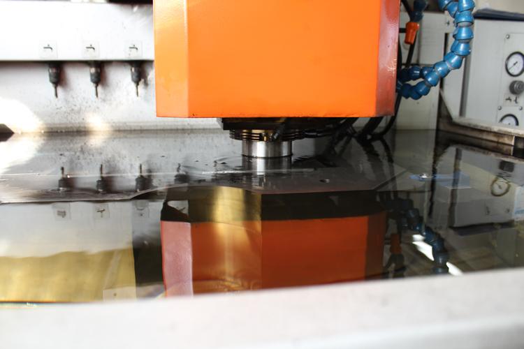 Particolare lavorazione in elettroerosione a tuffo