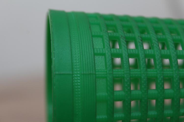 Particolare base tubetto in plastica con finiture